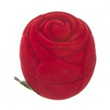 Bársony ékszerdoboz gyűrűnek - piros rózsa levelekkel