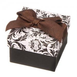 Fekete-fehér ékszerdoboz ornamentumokkal és barna masnival