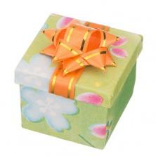 Díszcsomagolás - színes, virágmintás kocka masnival