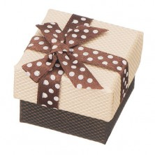 Doboz gyűrűnek - barna pettyes masni, bézs felület