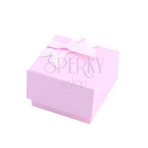 Matt rózsaszín dobozka gyűrűre szalaggal átkötve