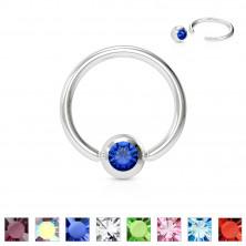 Piercing sebészeti acélból – gyűrű egy színes kristállyal egy kerek foglalatban