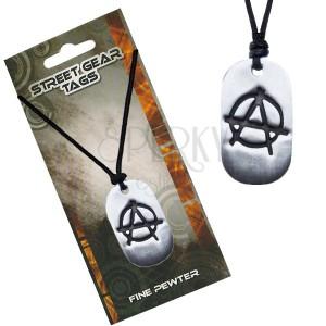 Fekete nyaklánc, fényes fémtábla, az anarchia szimbóluma