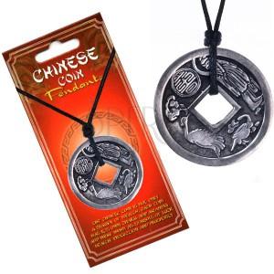 Nyaklánc fekete zsinóron, medál, kínai pénzérme, horoszkóp
