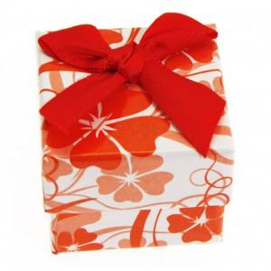 Piros-fehér ajándékdoboz masnival és virágokkal