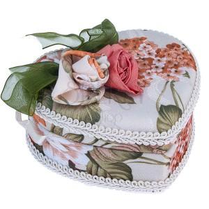 Bézs színű ékszerdoboz, szív forma, virágok és zöld masni