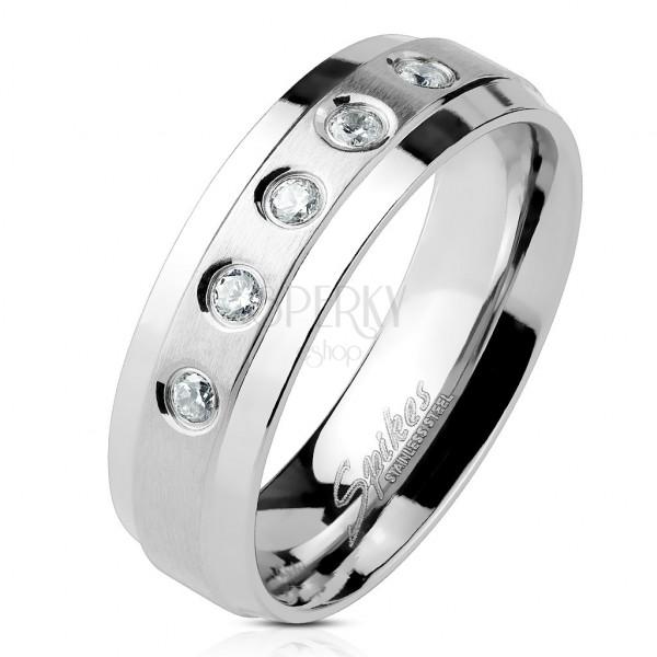 Sebészeti acél gyűrű öt tiszta cirkónia kővel, matt sávon, fényes szélekkel
