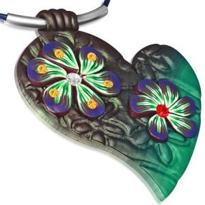 Nyaklánc FIMO anyagú medállal - kék zsinór, zöld szív és virágok