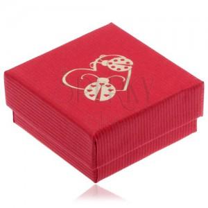 Piros ajándékdoboz fülbevalóra, arany szívkörvonal és két katica