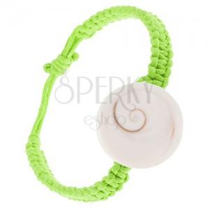 Fonott karkötő zöld zsinórókból, fehér kerek kagyló