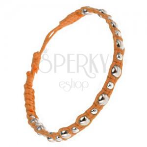 Fonott zsinóros karkötő narancssárga színben, nagy és kisebb fémgyöngyök