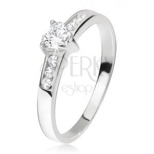 Gyűrű 925 ezüstből, szív cirkónia, kisebb kövek a szárain