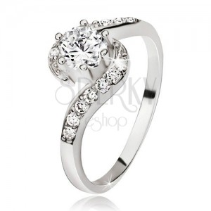 Ezüst gyűrű, hullámos cirkóniás szárak, kerek átlátszó kő
