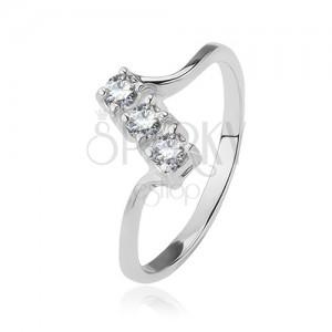 925 ezüst gyűrű - három átlátszó cirkónia ferde sávon, fényes, vékony szárak