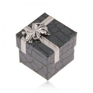 Szürke színű ajándékdoboz, kövek, ezüst színű masni