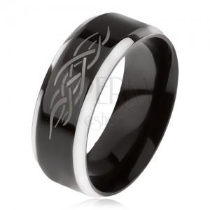 Gyűrű acélból, fekete középső sáv, lemetszett szélek, kelta minta