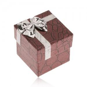 Fényes bordó dobozka gyűrűre, kövek, masni ezüst színben