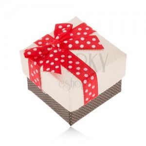 Bézs-barna dobozka gyűrűre, piros szalag fehér pöttyökkel