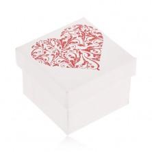 Ajándékdoboz fehér színeben, csillogó piros szív levelekből