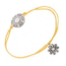 Sárga zsinóros karkötő, tábla görög kulcs motívummal, virág