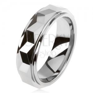 Volfrám gyűrű, ezüst színben, geometriai alakra csiszolt, kiemelkedő sáv