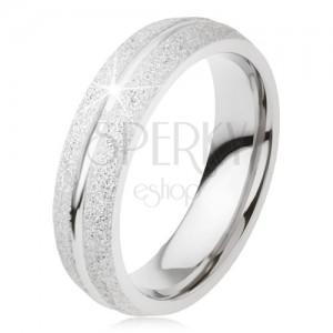 Csillogó karikagyűrű titánból, fényes bevágás a hosszán, ezüst szín