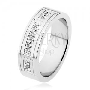 Acél gyűrű, ezüst színben, díszített bemetszések, három, átlátszó cirkóniákból álló vonal