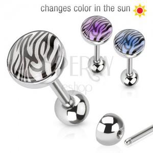 Acél piercing nyelvbe, napfényen színét változtató tigris minta