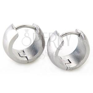 Szélesebb kerek fülbevaló acélból ezüst színben, tükörfényű