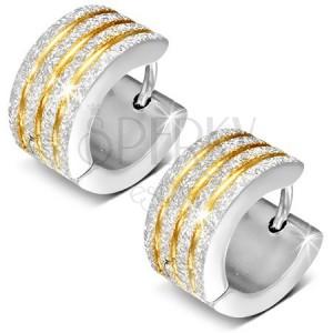 Szögecskés fülbevaló, ezüst szín, szemcsés felszín, arany színű bevágások