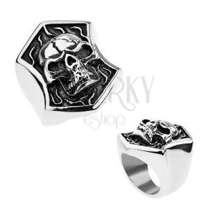 Acél gyűrű ezüst színben, kidomborodó koponya repedéssel a címerben, patináns