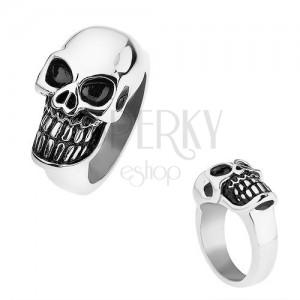 Fényes gyűrű sebészeti acélból, vízszintesen elhelyezett koponya, fekete patina