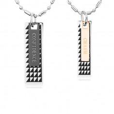 Két acél nyakék, táblák fekete háromszögekkel és feliratokkal