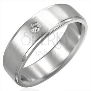 Csiszolt karikagyűrű és egy beágyazott cirkónia