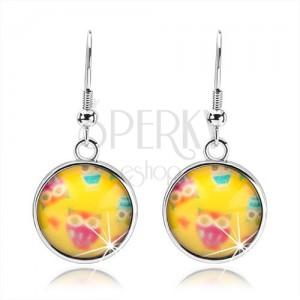Fülbevaló kaboson stílusban, kör kidomborodó üveggel, színes baglyok, sárga háttér