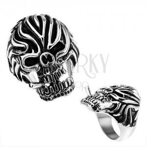 Acél gyűrű, koponya cigarettával és feltűnő bemetszésekkel a homlokán, fekete patina