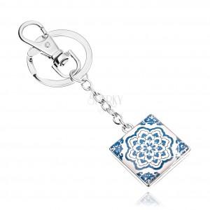 Kaboson kulcstartó, négyzet fénymázzal, kék-fehér virág, fehér háttér