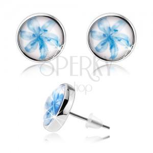 Cabochon fülbevaló, átlátszó kidomborodó fénymáz, kék liliom fehér háttéren
