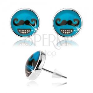 Fülbevaló cabochon stílusban, üveg, kék háttér, fekete bajusz, fogas mosoly