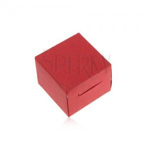 Piros ajándékdoboz papírból gyűrűre vagy fülbevalóra, ferde bemetszések