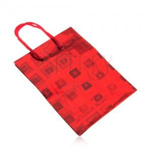 Ajándéktáska, piros szín, színes fényvisszaverődés, sima felület