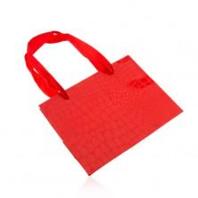Piros ajándéktáska, fényes krokodilbőr minta, sima zsinórok