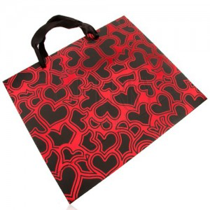 Papír táska ajándékra, sötétszürke és piros szín, fényes szív körvonalak