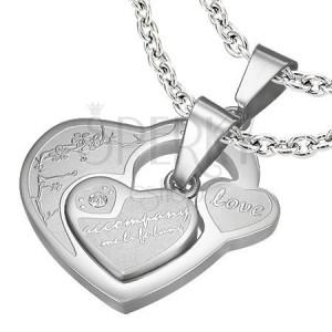 Medál pároknak, sebészeti acél, két szív felirattal és cirkóniákkal