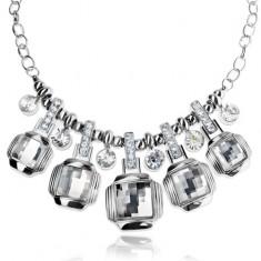 Ezüst színű masszív nyaklánc, csiszolt, átlátszó négyzet, cirkónia