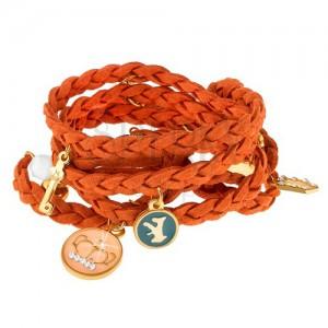 Fonott karkötő narancssárga színben, apró, különböző formájú és színű medálok