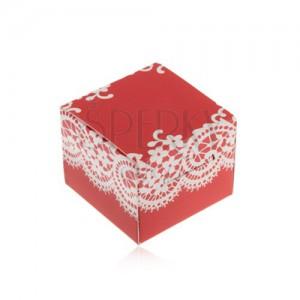 Piros és fehér színű doboz gyűrűre, fülbevalóra vagy medálra, csipke motívummal díszítve