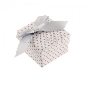 Ajándékdoboz gyűrűre vagy fülbevalóra, fehér felületű, szürke pontokkal és masnival díszítve