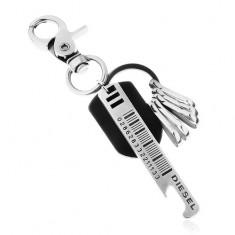 Fényes acélszürke kulcstartó üvegnyitóval és fekete bőr sávval