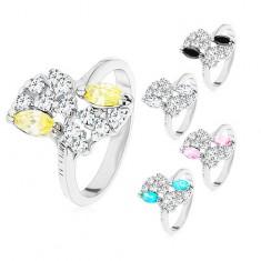 Ezüst színű gyűrű, vésetes szárak, színes és átlátszó cirkóniák